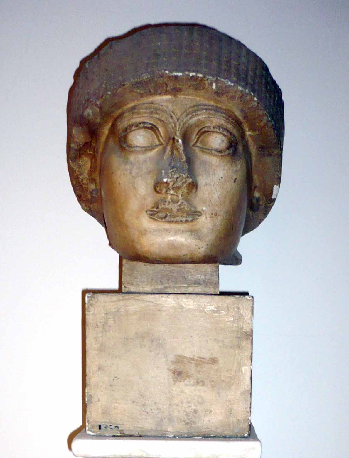Caldeean: Cap Regele Gudeea – descoperit la Telte (Copie în gips realizată în Muzeul Luvru)