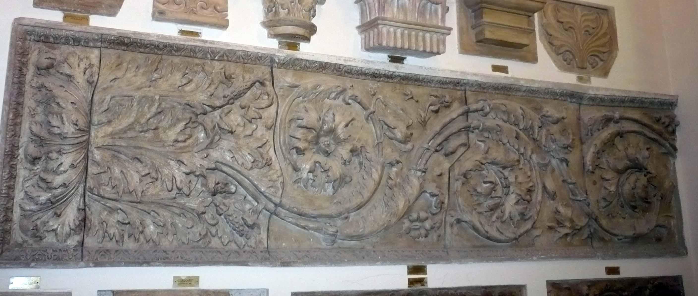 Basorelief ornamental Ara pacis Augustae – Fragment de faţadă (Copie în gips)