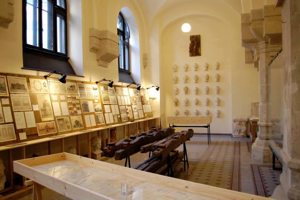 Foişor de pridvor de arhitectură populară veche vâlceană (3 cosoroabe/grinzi, 5 stâlpi de susţinere şi 2 undrele/pilaştrii susţinere)